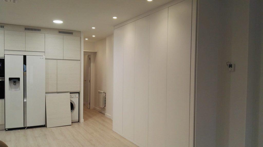 armario oculto blanco